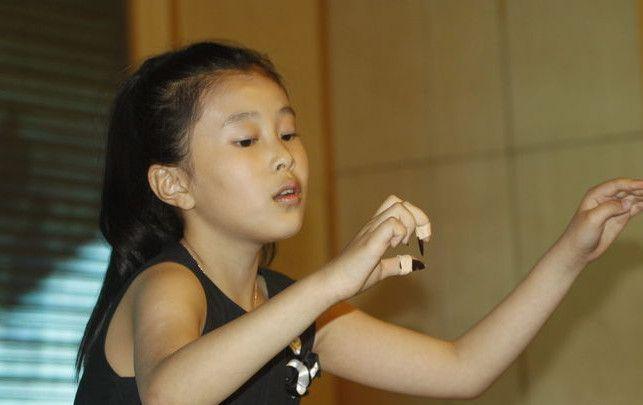 杨子16岁女儿晒美照,大秀香肩长发,娇羞的模样很可人!