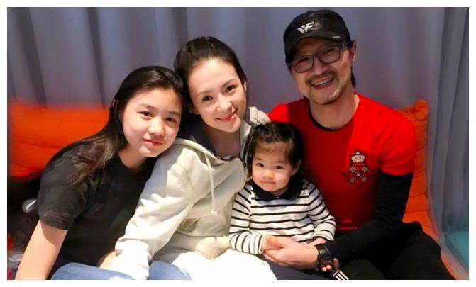 章子怡和女儿抢棉花糖吃,汪峰负责拍照,一家幸福,争取生二胎
