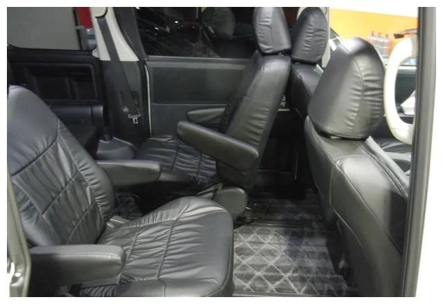 丰田终于良心了!这车旋转座椅档次不输GL8,搭混动不足14万
