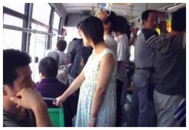 5个月孕妇搭公交被要求让座,乘客冷漠对待,一张报告单霸气回击