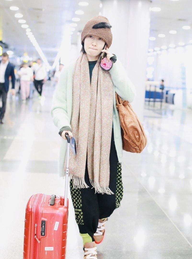刘敏涛针织帽配围巾仿佛小松鼠,不戴口罩大方展露素颜不做作