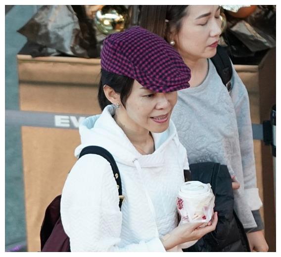 45岁金曲歌后彭佳慧素颜手握咖啡轻松搭机,戴紫色贝雷帽时髦亮