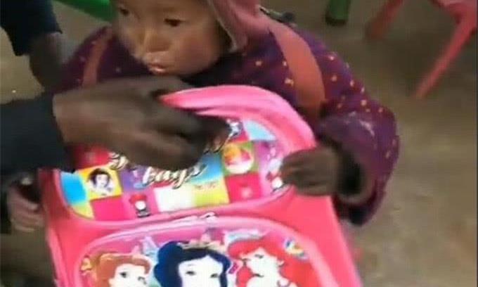 给留守儿童发新书包,孩子也要送礼物给老师,看到礼物老师泪奔了