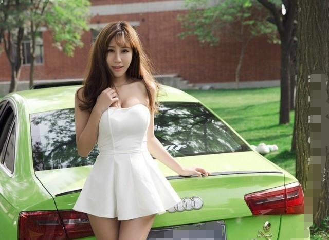 奥迪车模最给力,迷你短裙+性感抹胸,是你的类型吗?