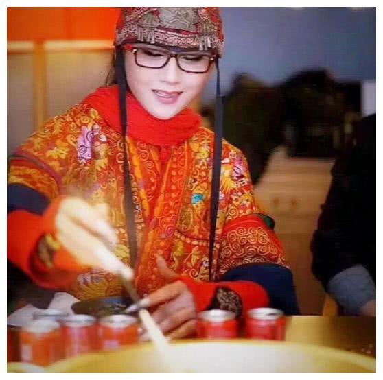 杨丽萍邀朋友们吃火锅,当看到她捞起的食物后,网友汗流浃背