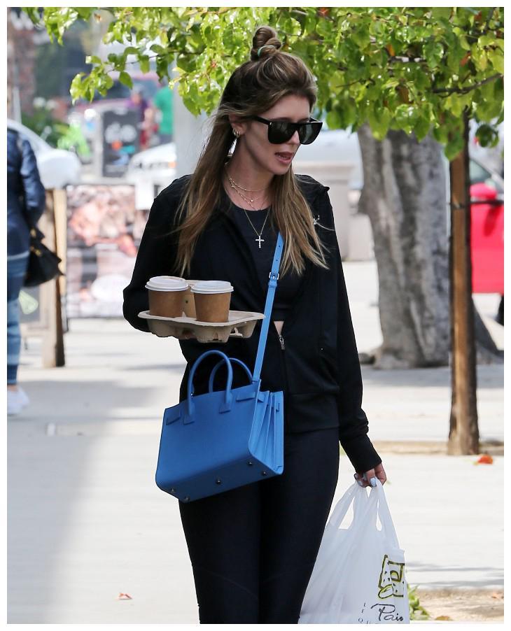 施瓦辛格的女儿克里斯蒂娜手捧咖啡照曝光!