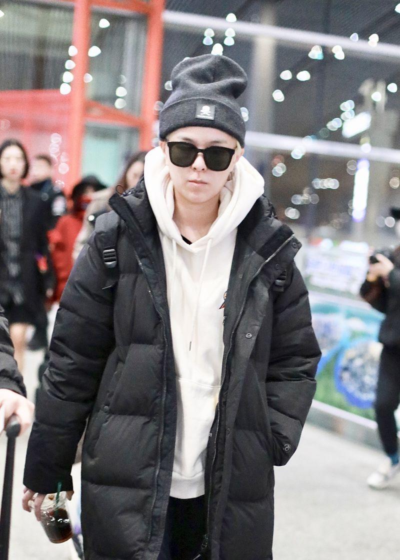杨芸晴街拍:黑色长款棉服搭配帽衫保暖舒适
