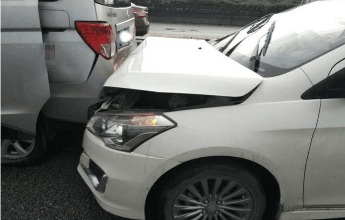 长安欧诺被两辆日系车前后夹击, 挪车后, 差距让日系车主无地自容