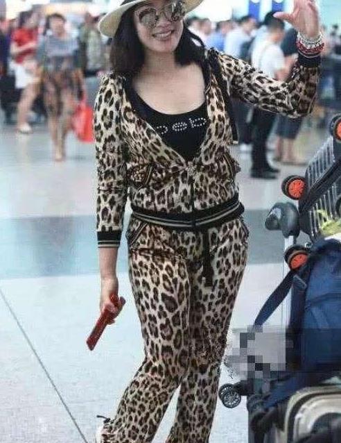 50岁钟丽缇造型翻车!穿豹纹套装身材显粗壮,至少显胖10斤