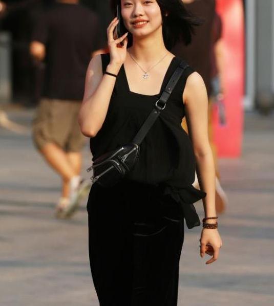 面带微笑的小姐姐,一条黑色连衣裙,时尚优雅好身姿