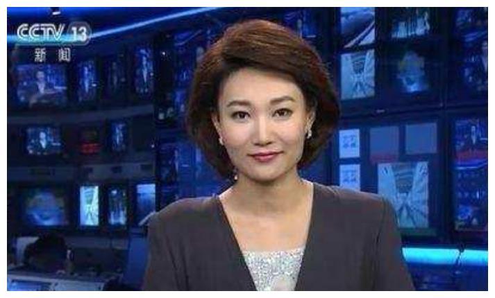 她是《新闻联播》主持人,央视第一美女,12年来一直戴假发工作