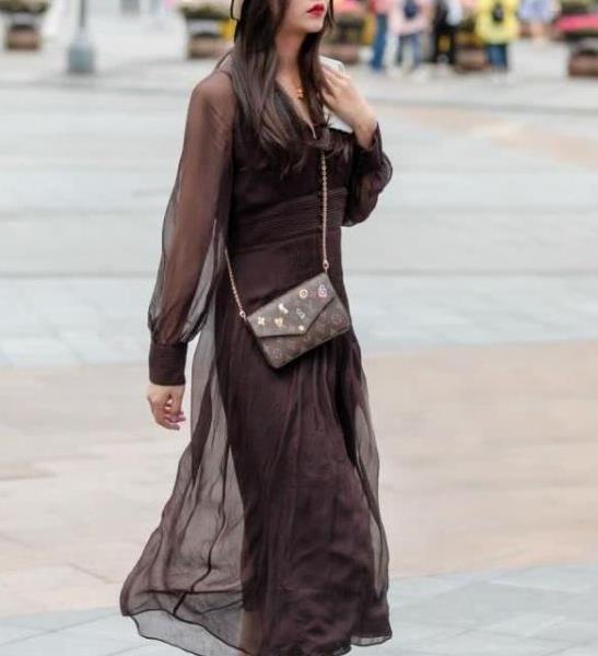 街拍:皎若秋月的美女,一条黑色的连衣裙,时尚优雅美丽大方