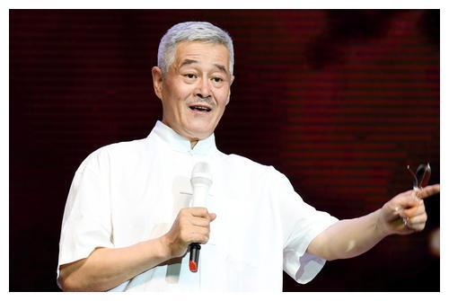 赵本山亲手给演员做造型技能满分,穿着简单接地气十足