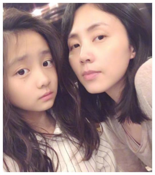 黄磊妻女同框自拍超养眼,多多和妈妈孙莉表情动作同步像极姐妹花