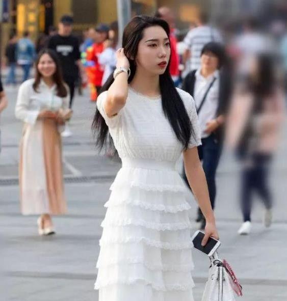 丰标不凡的小姐姐,一件白色的连衣裙,展现了时尚气质好身材!