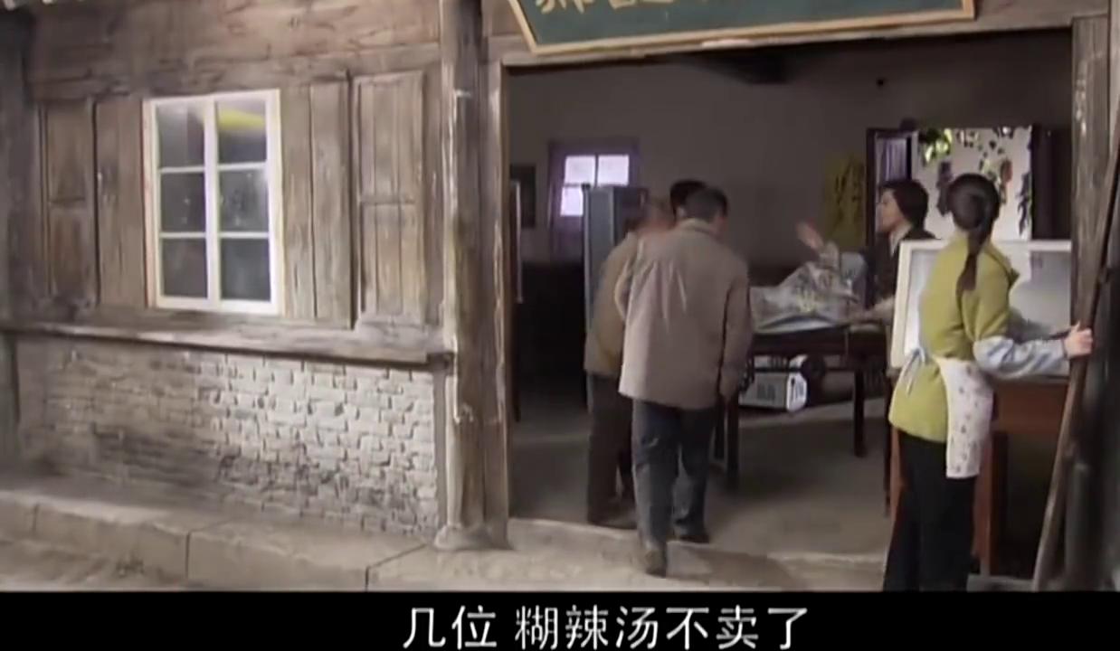 叶落长安:朴实母女正在勤劳的收拾店铺,不料她进来了