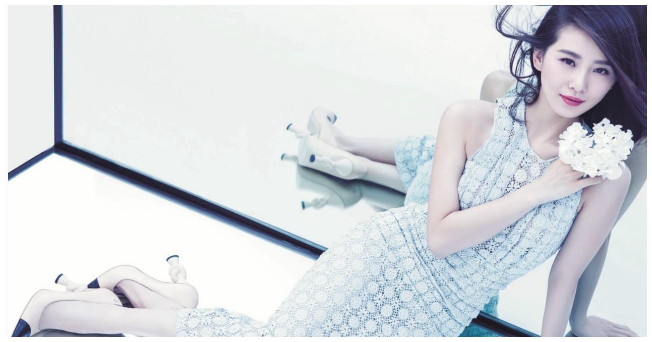 50岁的她身穿水蓝色旗袍像刘诗诗的姐姐,网友:气质绝佳!