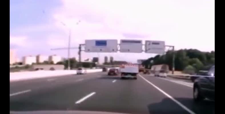 货车行驶途中货物掉落导致爆炸~!