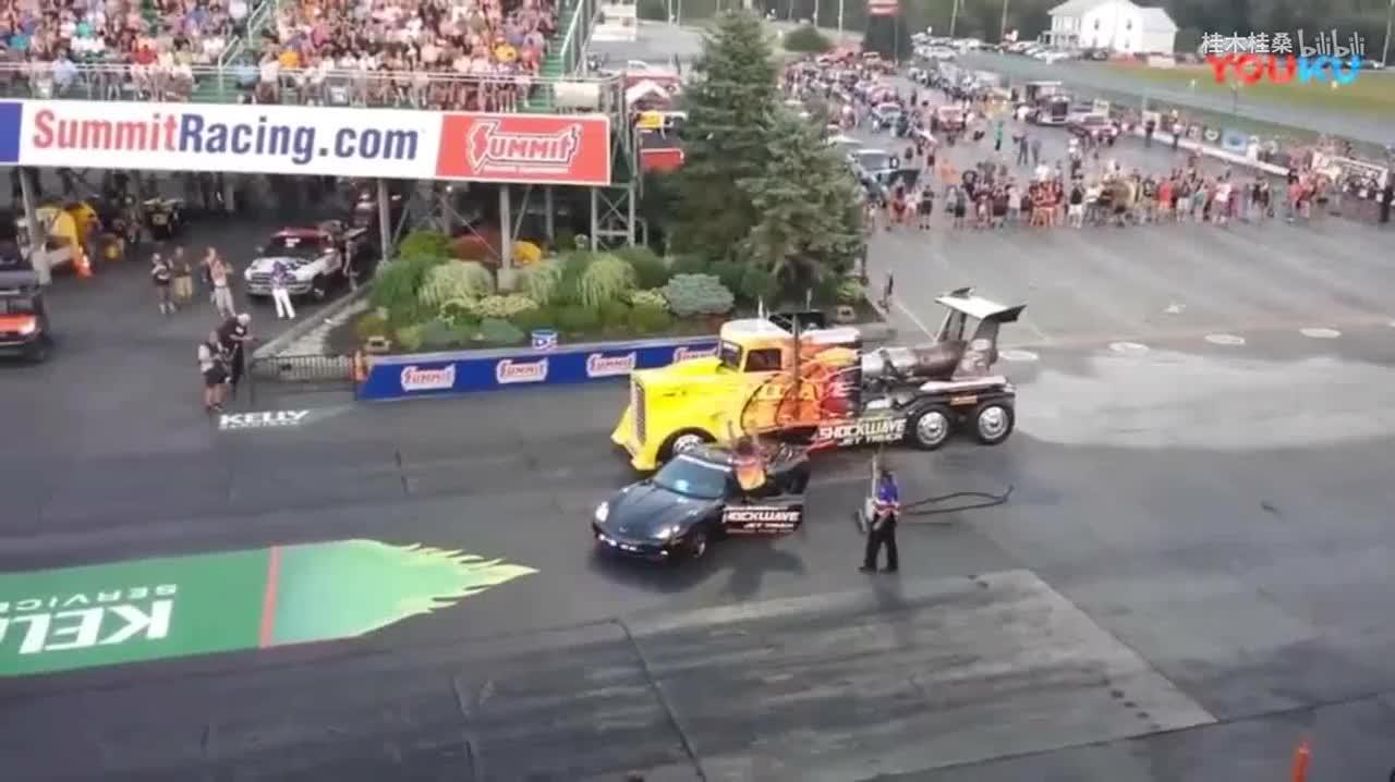 疯狂的老外直线卡车加速赛还没开始马路地面已经掀飞了
