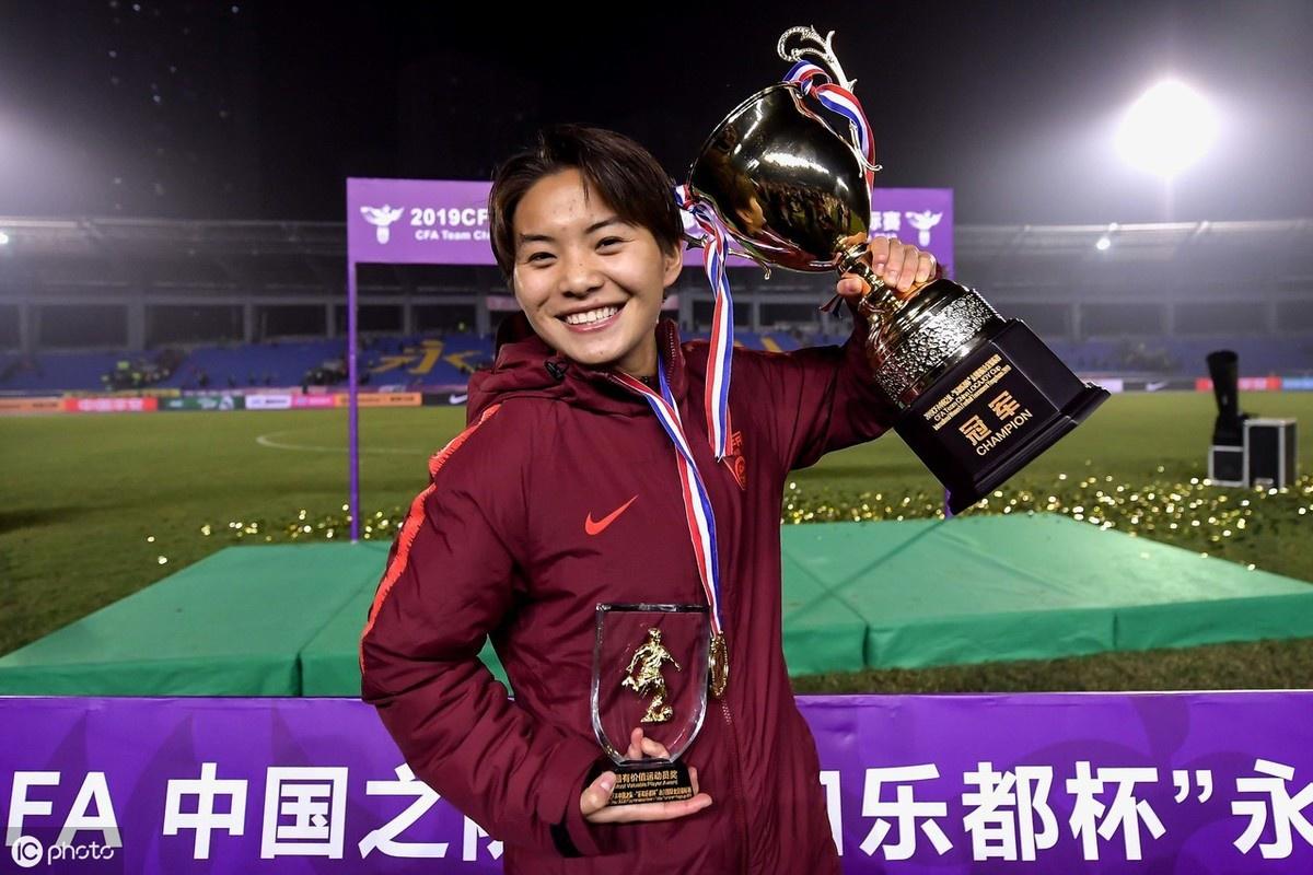中国女足夺冠赛后:王霜激动亲吻奖杯