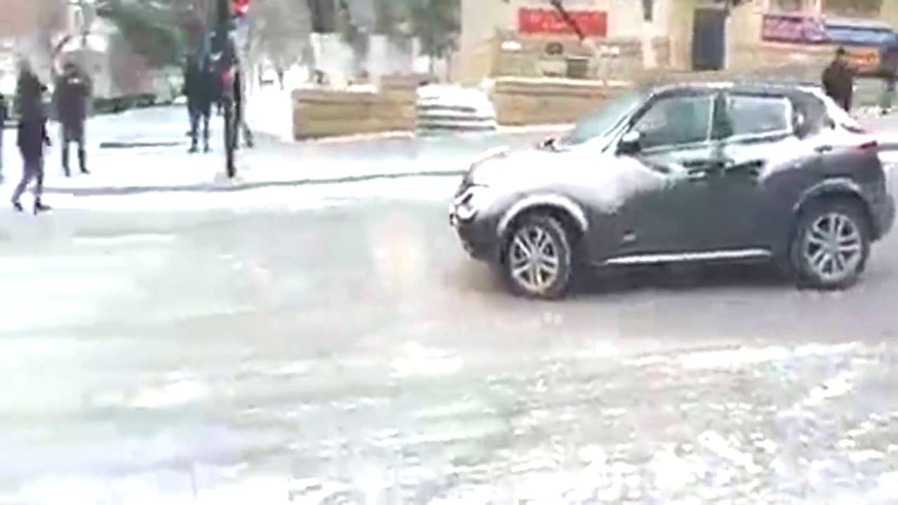 现场一片混乱 路面结冰后多车失控打滑