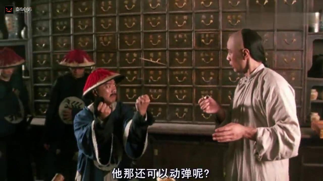 黄飞鸿:男子展示功夫,不料下一秒腰就扭了还被烫伤,太惨了