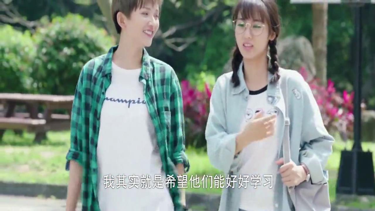 班长殿下:邢菲与初夏校园聊天,殊不知远处,牛骏峰母亲正在看她