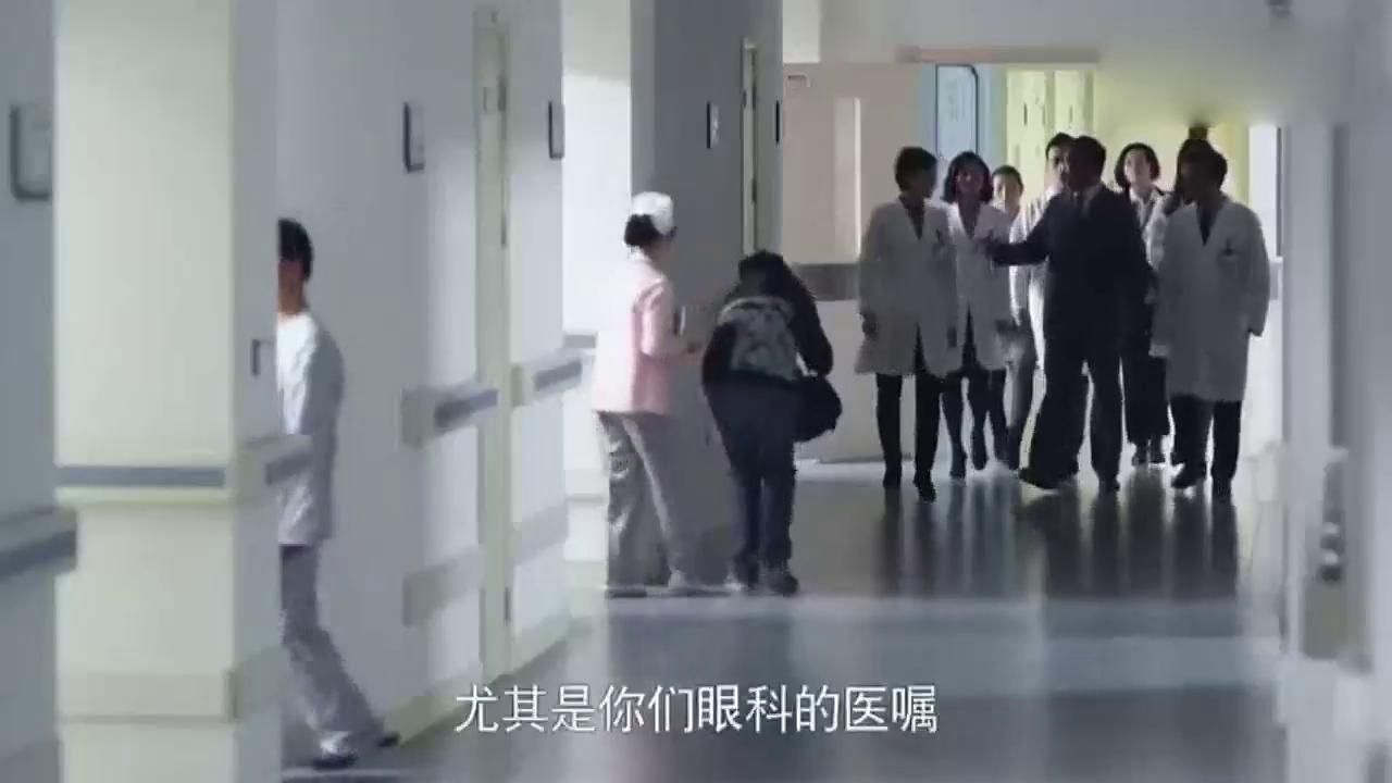 领导到医院视察工作,发现小伙的执业资格证明没被申请