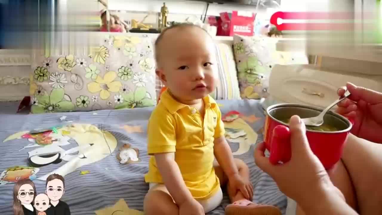 宝宝剪脚指甲不哭不闹和妈妈有说有笑简单的生活幸福温馨