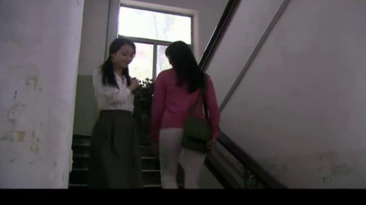 农村女孩念名牌大学,养母准时寄来生活费,女孩的做法争气了