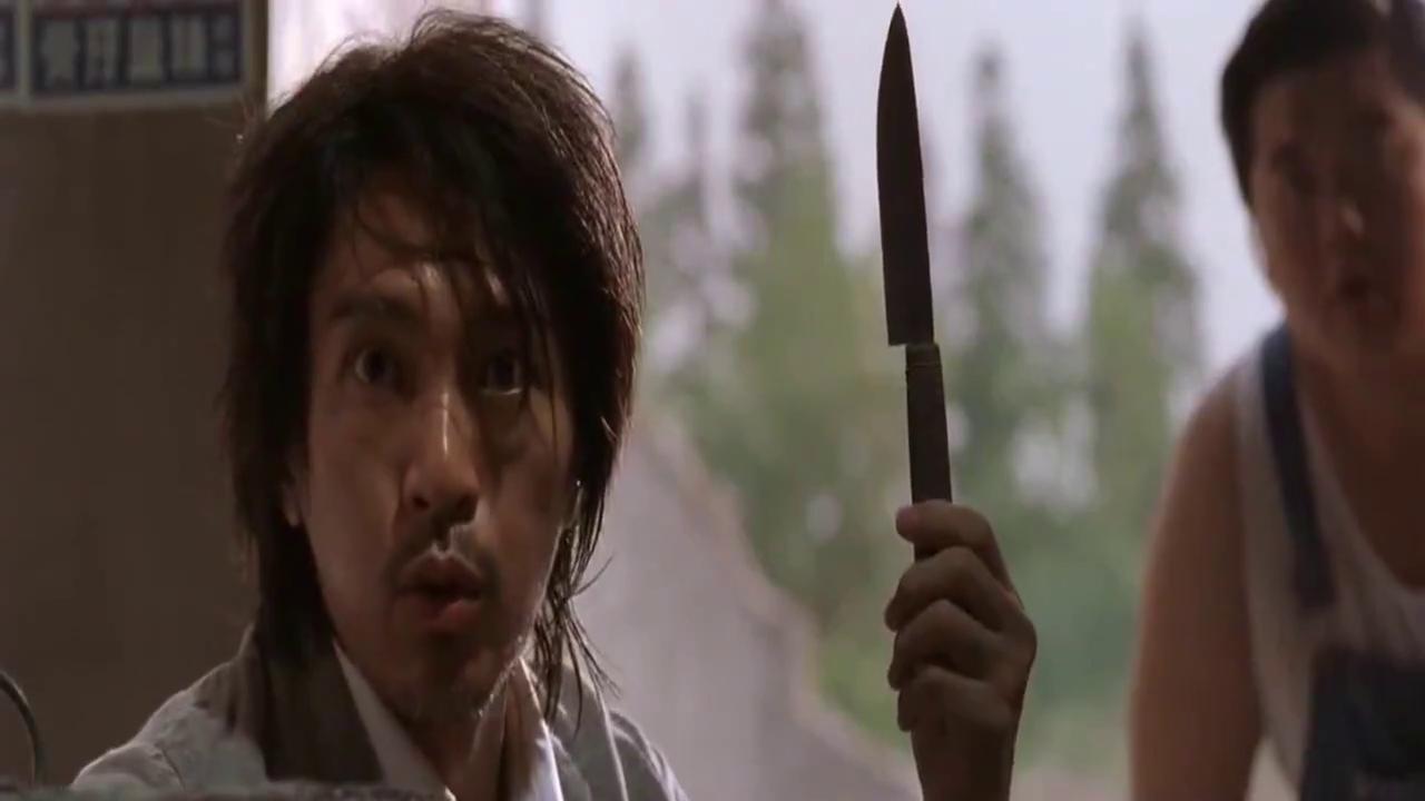 功夫:星爷经典无厘头,星爷向包租婆扔飞刀,结果却伤到了自己