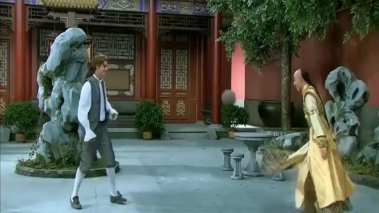 还珠格格:老佛爷来漱芳斋,突然飞出一球,晴儿的举动太暖心!