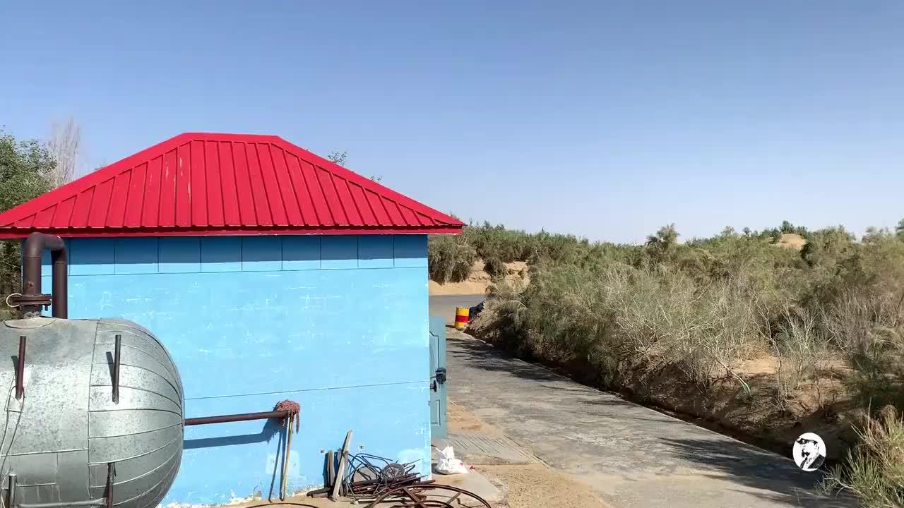 房车新疆游探秘塔里木沙漠公路水井房别小看它路面安全靠它