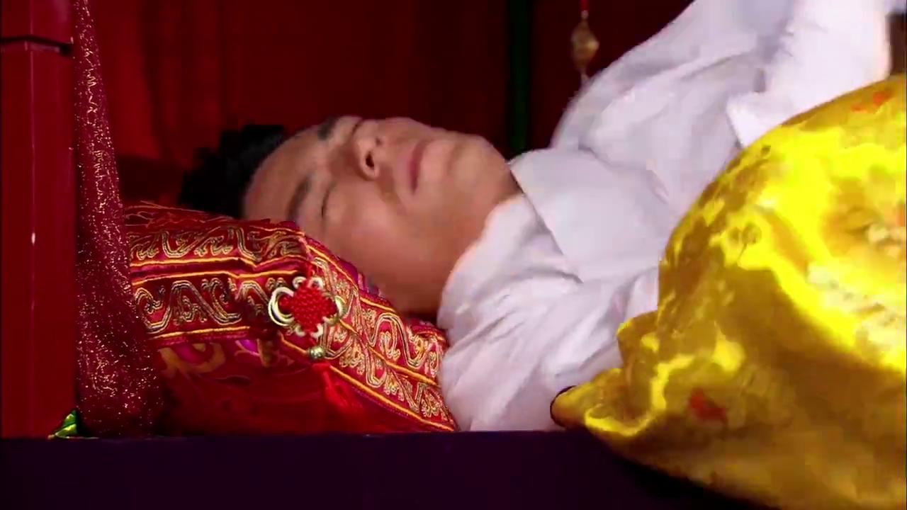 美女正在睡觉,却被小伙直接抱到床上,不许分床睡