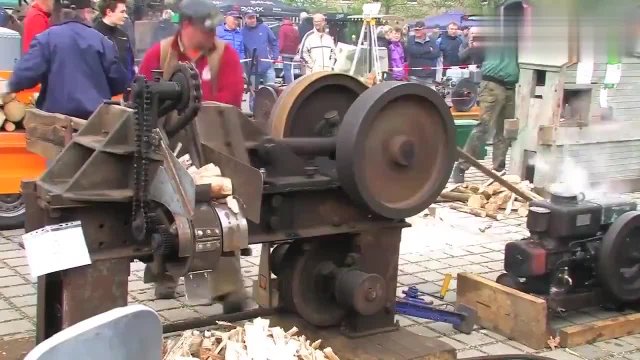 德国古董机械劈柴机运作展示原来德国人一直这么先进