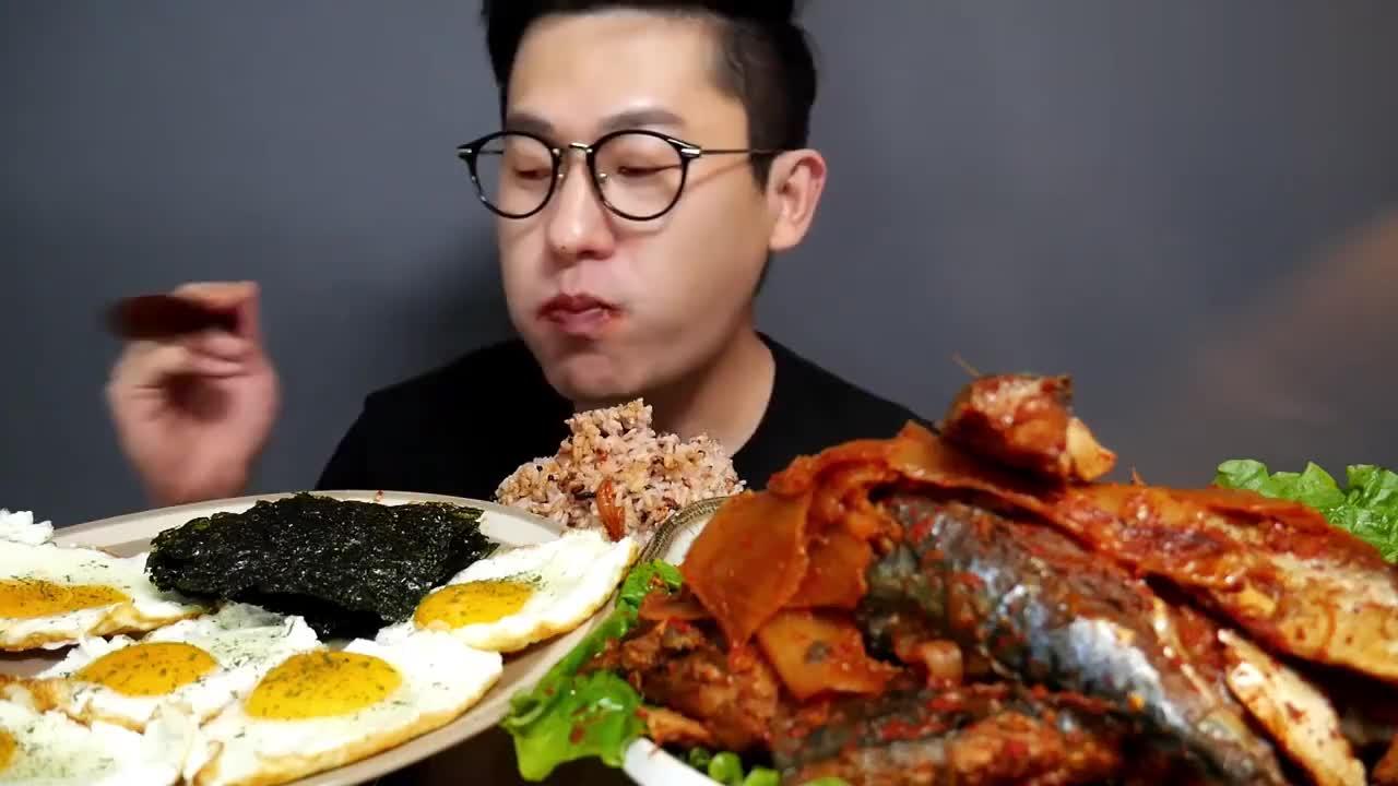 韩国大胃王吃腌青花鱼,配上煎蛋和一碗拌饭,嘴里塞得满满当当!
