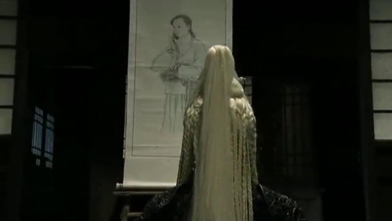 白发魔头发现宝物画轴,她盘坐画轴前,竟用法术将画中美人变出来