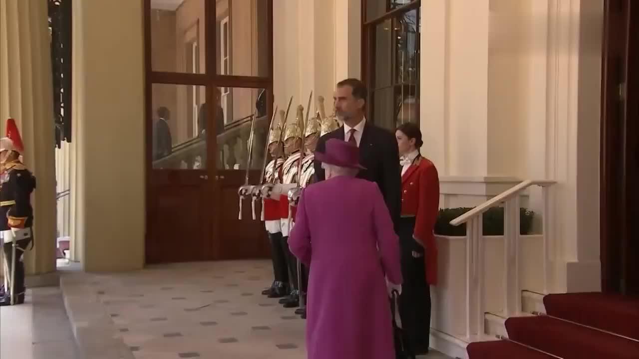 英国女王接待费利佩夫妇莱蒂齐亚王后这身装扮很罕见啊