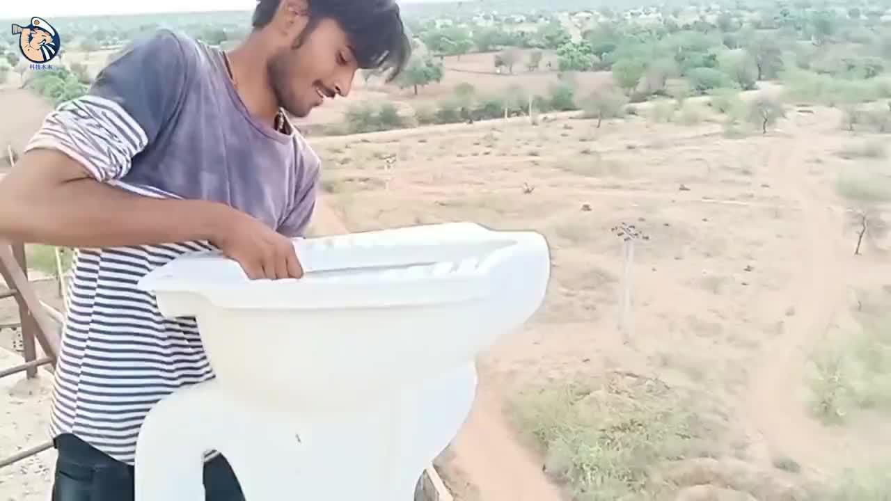 高空坠物有多危险印度小伙亲测看看马桶的下场就知道了