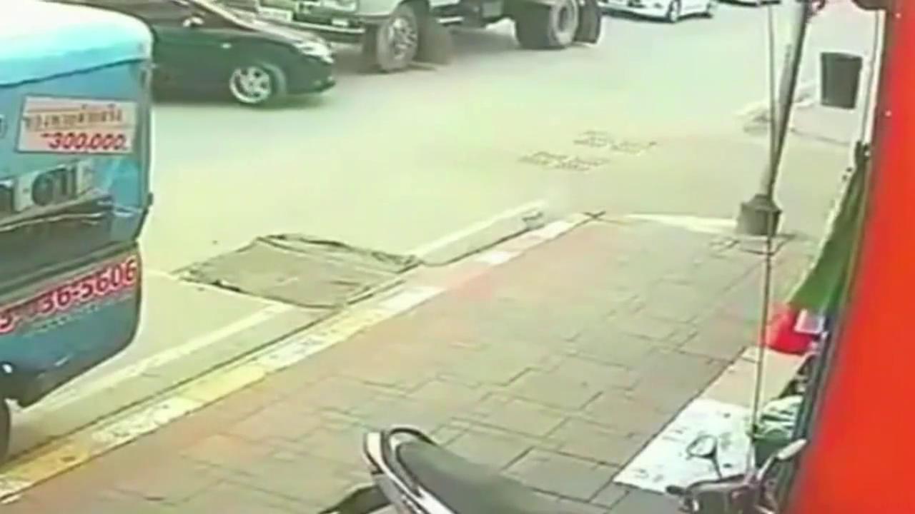 汽车在路口拐弯,摩托车为了躲让汽车没有看前面,结果追尾了货车