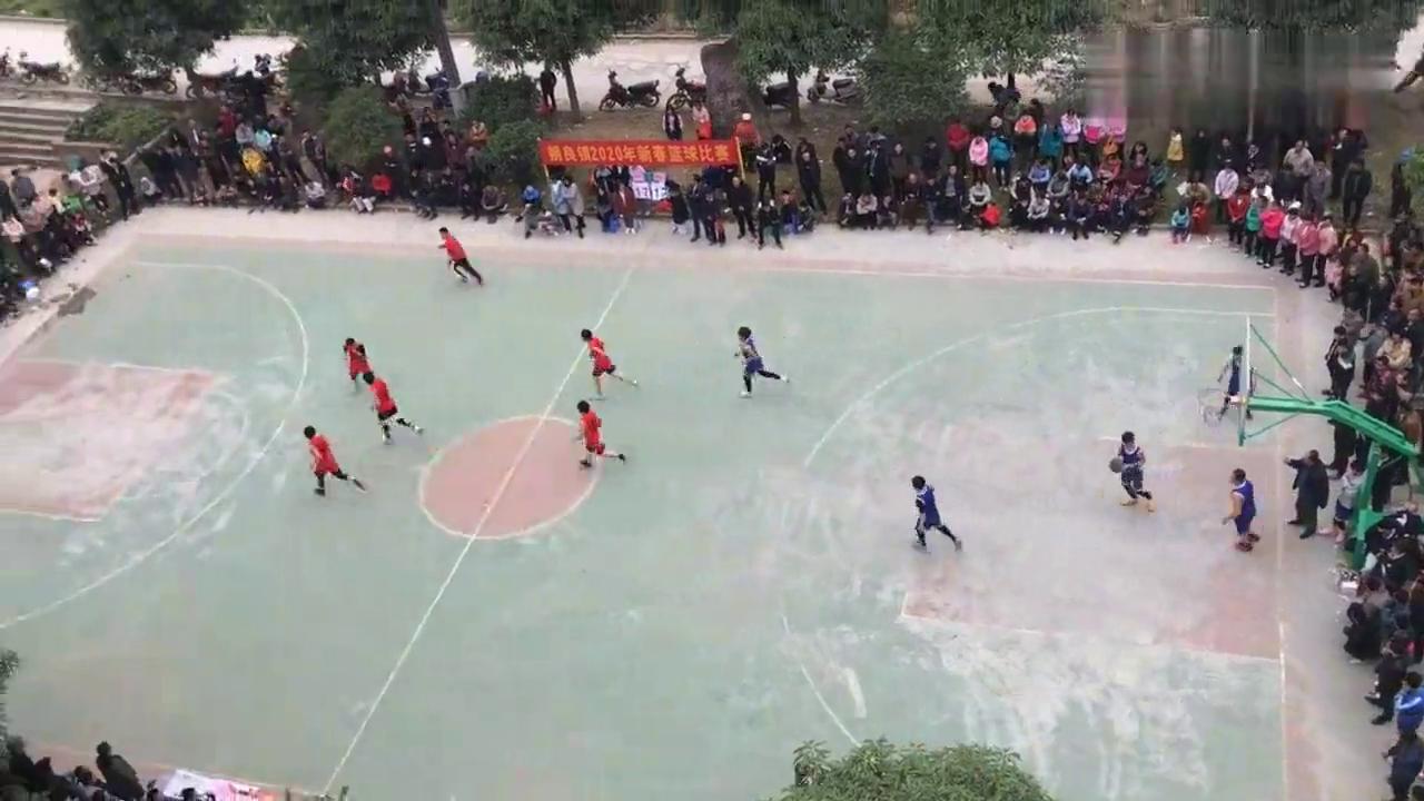 小小的镇篮球氛围真的浓厚,鹰哥观看都没有办到挤到里面看球