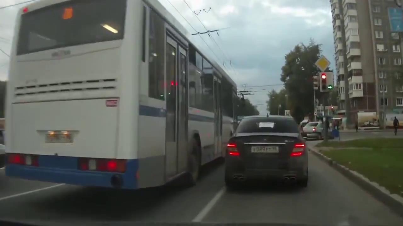 汽车司机抢道加塞,转弯车速很快,开车切记小心,不必急于一时