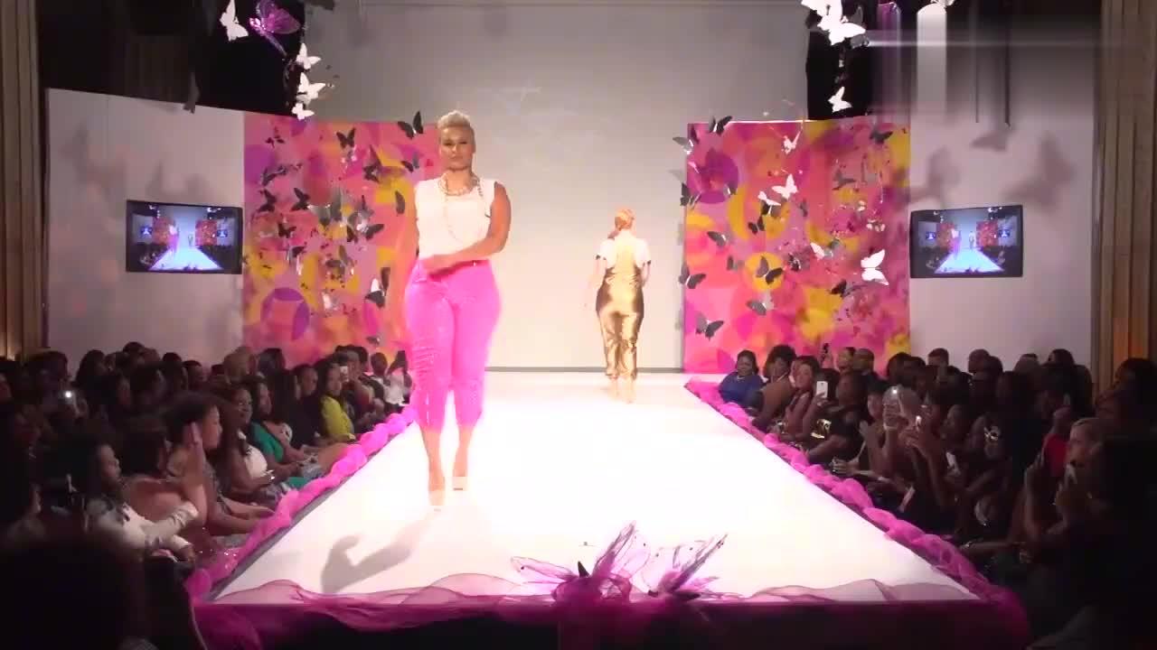 粉色皮裤设计,美女叉腰走来,气场全开