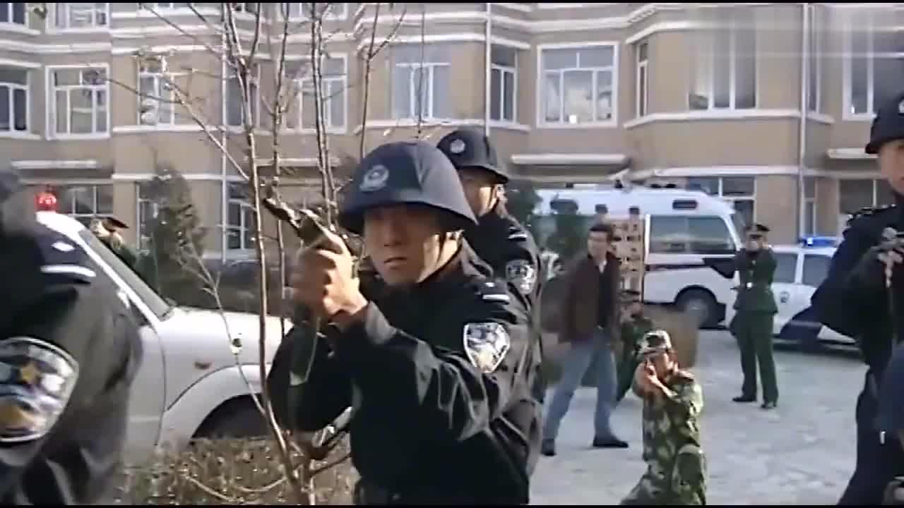 罪犯挟持人质,不料撩开窗帘一看全是武警和特警!