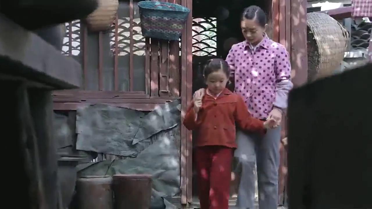 家里没有米了,黄哆让黄咪去借米,让妹妹多笑,嘴甜点