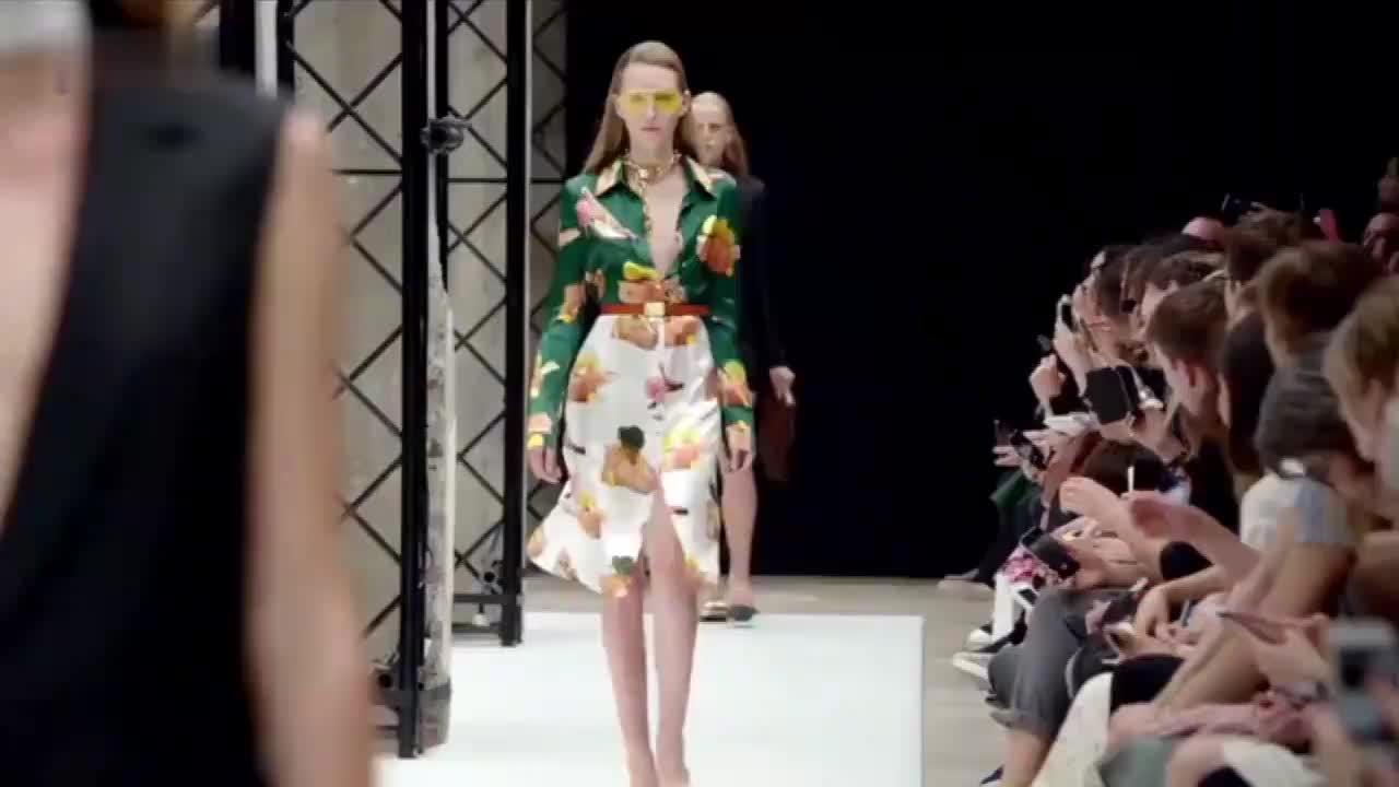炫酷的花色修身裙,浓厚的年轻气息,潮流的前线