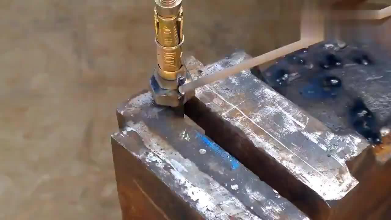 小伙将膨胀螺栓与螺栓焊在一起原来还有这个功能佩服