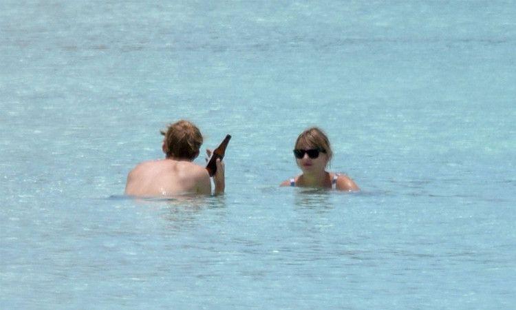 霉霉泰勒斯威夫特与男友海边度假,霉霉又瘦回来了