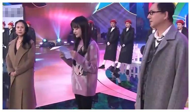 郑爽节目中穿士兵装玩击剑秒变女汉子,歪头拍照却被手机壳抢镜