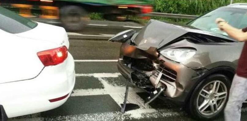 保时捷撞上速腾,看到两车的状况,保时捷车主:差距太大了吧